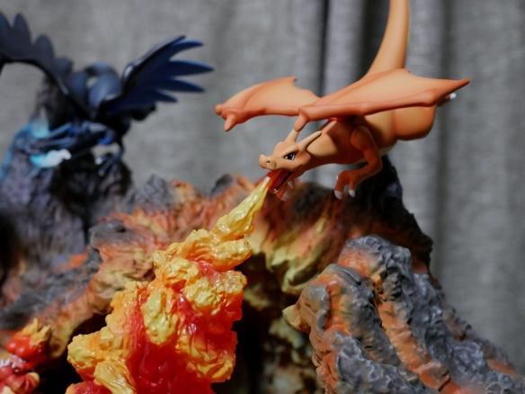 《精灵宝可梦》喷火龙组合雕像公开!火焰效果震撼