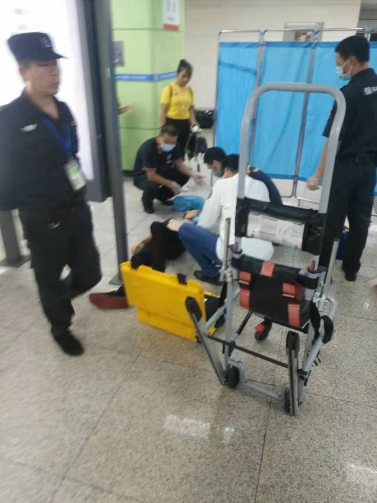深圳地铁一乘客突然倒地抽搐心跳停止,车站人员立即用AED施救