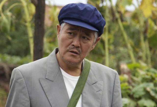 年过六旬的赵本山不服老,打篮球力证身体硬朗,但无人敢去防守他