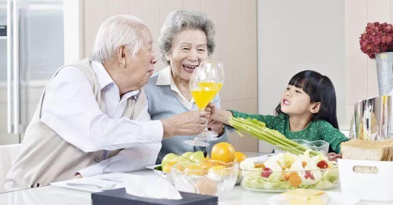 奶奶煮饭,小孩大喊菜里有头发,你会怎么做?