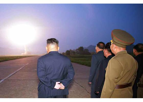 """金正恩再次指导新型弹道导弹""""示威射击"""""""