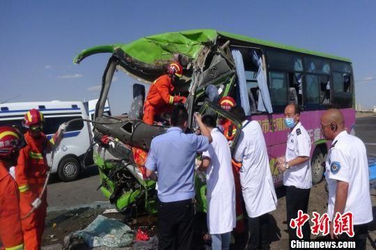 甘肃金昌两车相撞 公交车头严重挤压变形5人被困