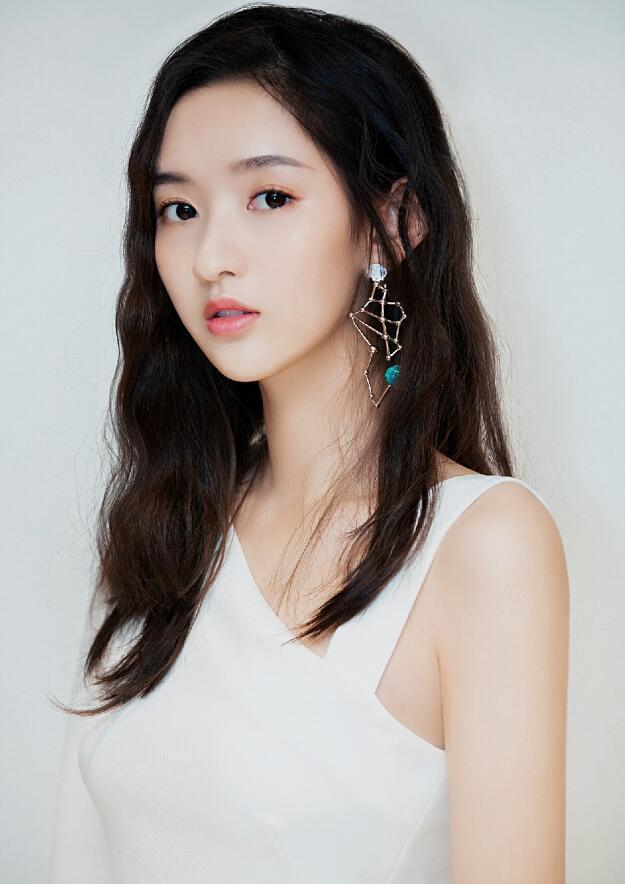 她18岁合作李易峰出道,和肖战传过绯闻,还是刘昊然同学兼哥们