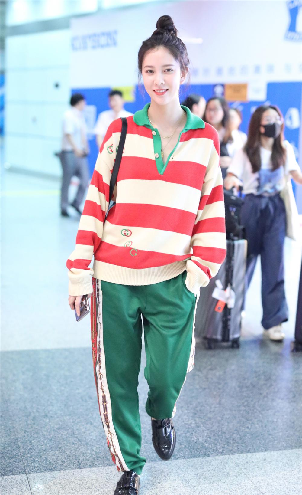 95后宋妍霏罕见搭男装,穿1万块衬衣套长裤,红配绿穿出甜美风!时装!