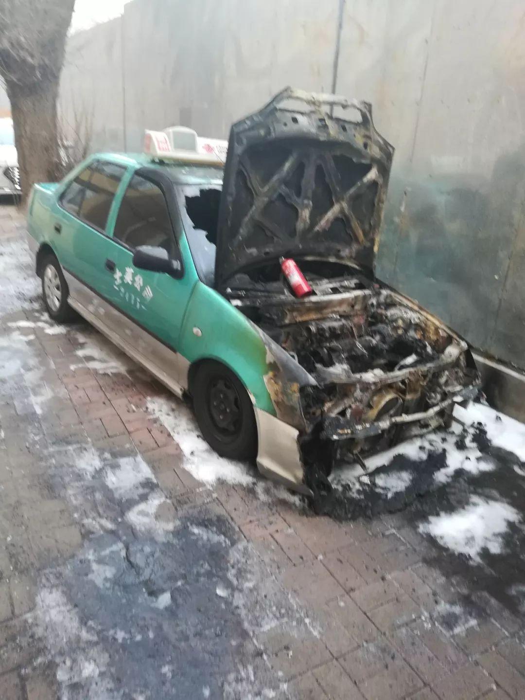 深夜,的哥拎着汽油瓶点燃了两辆出租车!他想干啥?