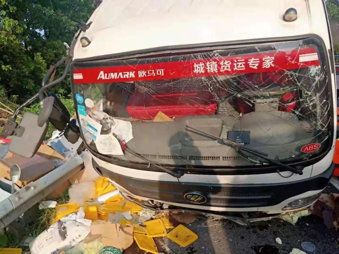 司机疲劳驾驶致小货车翻了几个滚,6个月的宝宝还在车内!