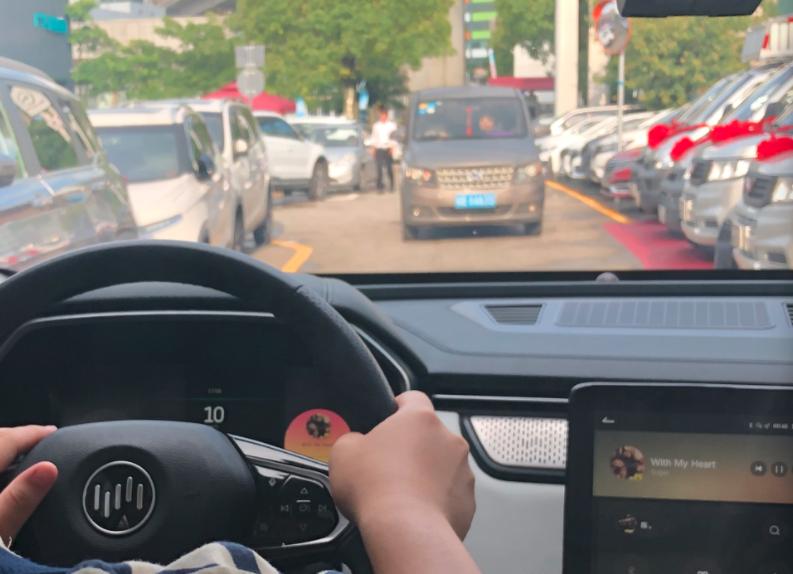 选车时偏爱智能辅助,开车时他们只信自己
