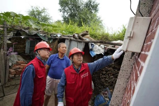 国网黑龙江电力(李庆长)共产党员服务队灾后恢复客户供电