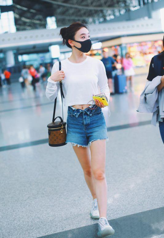 袁姗姗也是拼了,牛仔短裤硬是解开两颗扣子,配露脐T恤秀A4腰