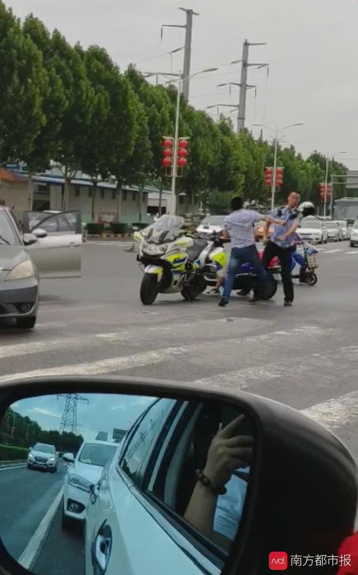 西安两辅警被闯红灯撞车司机暴打受伤!打人者被诊为兴奋躁动状态