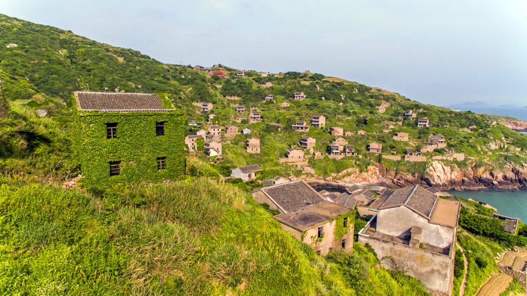 荒岛上仅剩俩个老人的鬼村,闻名后一间房卖出100万