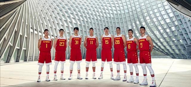 中国男篮全新战袍亮相!14人集体照,三大亮点引人注目
