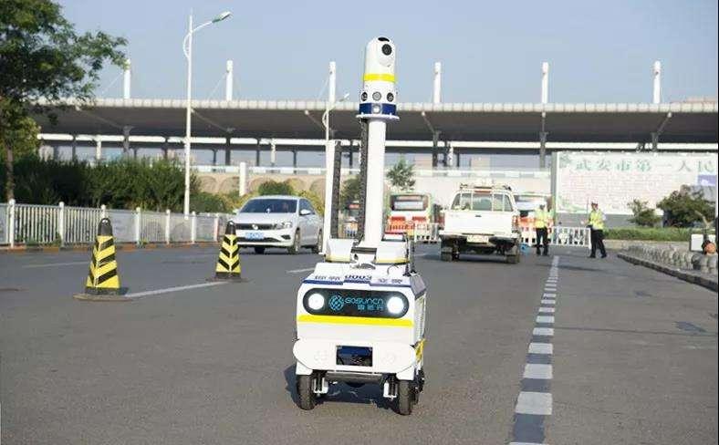 机器人交警上岗 这样真的好吗?