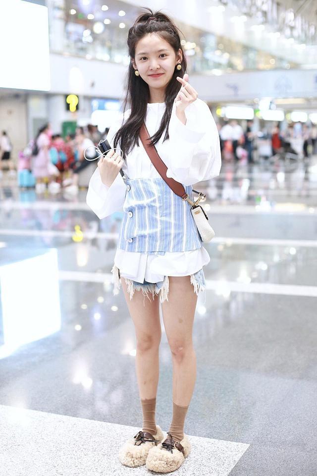章若楠机场素颜亮相,穿白色长袖衫简洁休闲甜美,下身穿搭玩失踪抢镜