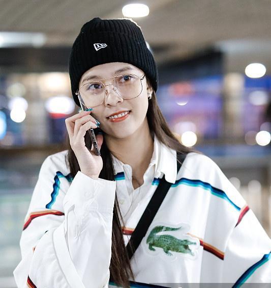 宋妍霏机场私服,穿宽松条纹衬衫清纯可人,戴黑色针织帽也难挡高颜值