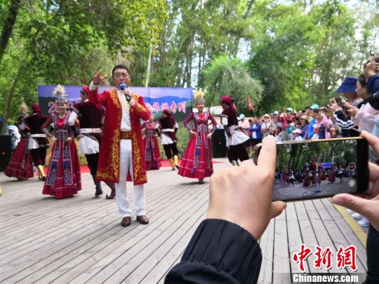 """龙泰号""""旅游专列再进阿勒泰 开行以来已输送2万游客游新疆"""