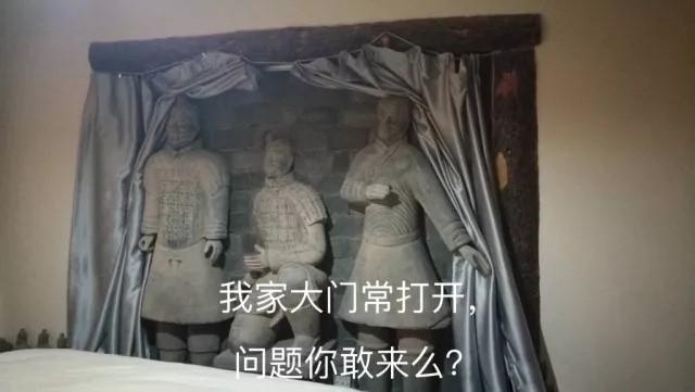 """蛮荒生长的""""民宿草原""""上悬着镰刀"""