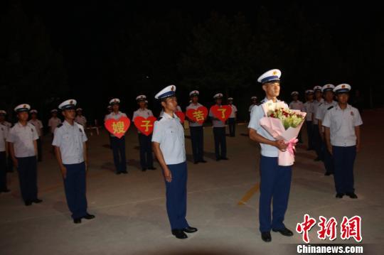 """新疆一名消防员的七夕:一场迟到三年的求婚""""表白"""""""