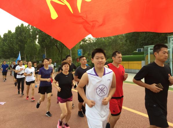 河南鹤壁市公安局在全民健身日期间举行长跑活动
