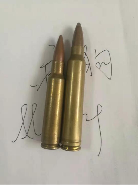 (左边m24与slr的7.62*51nato与右边.300winchestermagnum对比,真是大♂真粗♂)   马格南指装肚容大药量多的子弹,英文magnum还有大酒瓶的意思,用以一枪放倒大型猎物~而.300温彻斯特马格南只是庞杂的马格南子弹中的一种