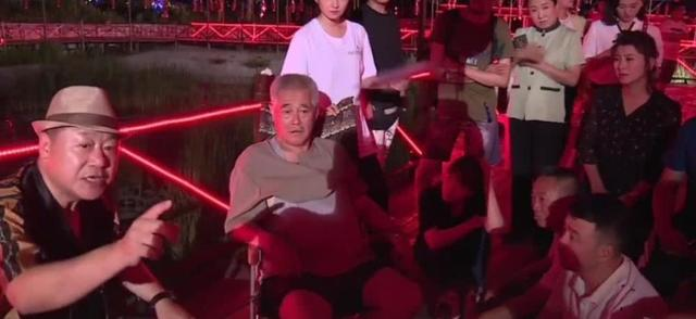 赵本山范伟时隔10年再合作,拍戏现场讨论剧本,已14年未合演小品