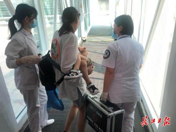 同飞机的3岁小乘客呼吸心跳骤停,他们紧急动了起来……