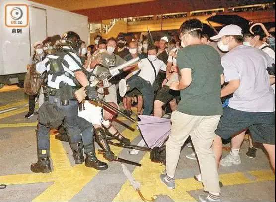 前线港警打破沉默:为何围攻我们?