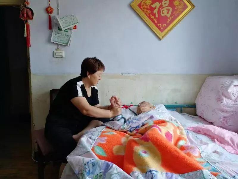 女子卖掉房子,回老家照顾前夫95岁的姥姥!