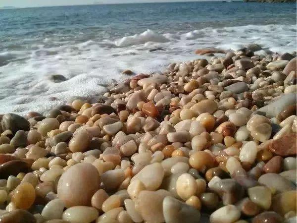 孩子要带走景区石头被阻,妈妈发飙:门票140买不了一个石头?