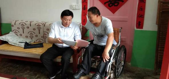 南阳市西峡县政协主席吴在明为贫困户  传爱心燃希望助脱贫