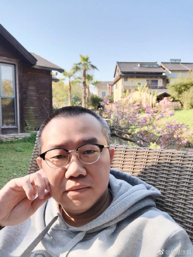 主持人涂磊为坐飞机脚蹬机舱道歉:是错就认,对不起!
