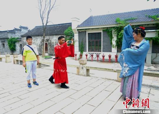 江苏农民工夫妇脱下工装过汉服七夕节