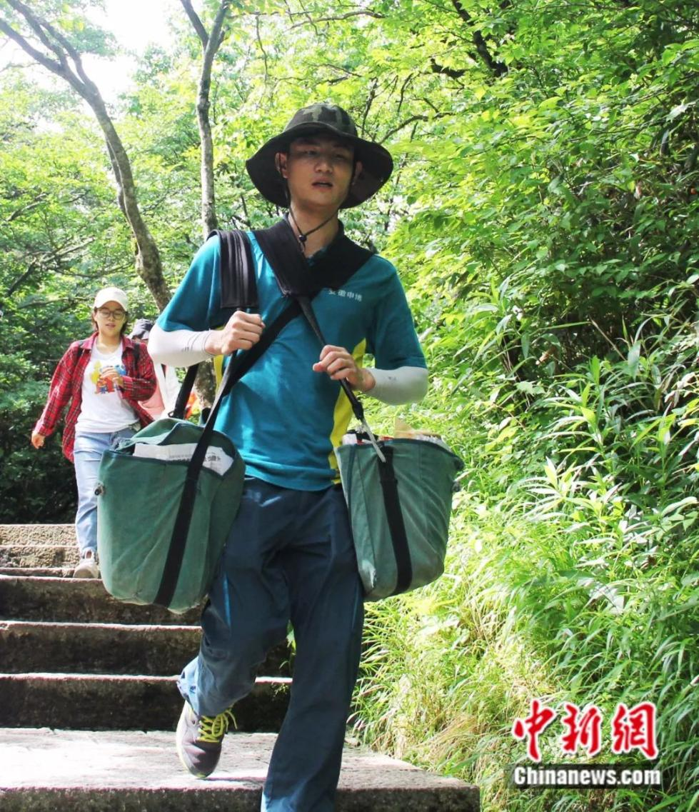 黄山90后邮递员:每天背百斤大包穿梭 从来无心看风景