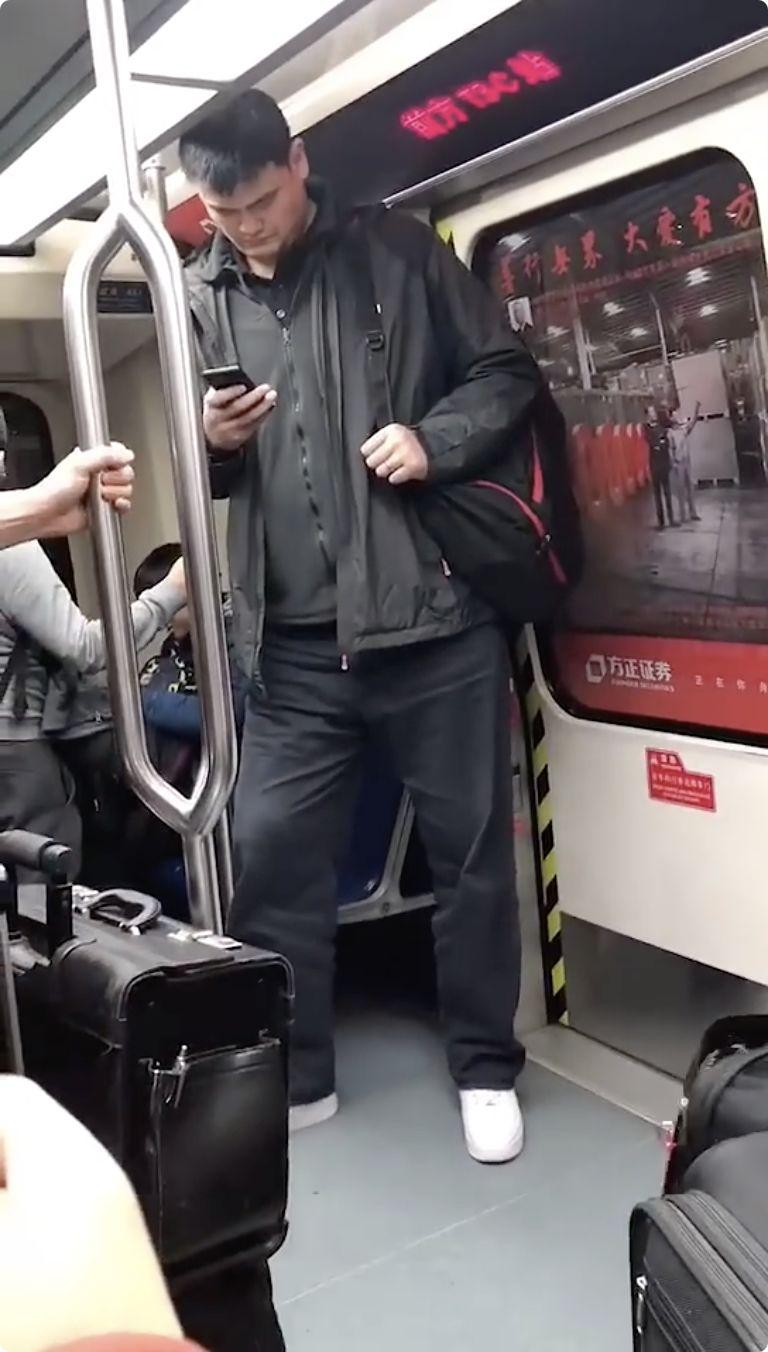 姚明地铁上被拍!网友一看他的站姿,笑翻了!哈哈哈哈哈~