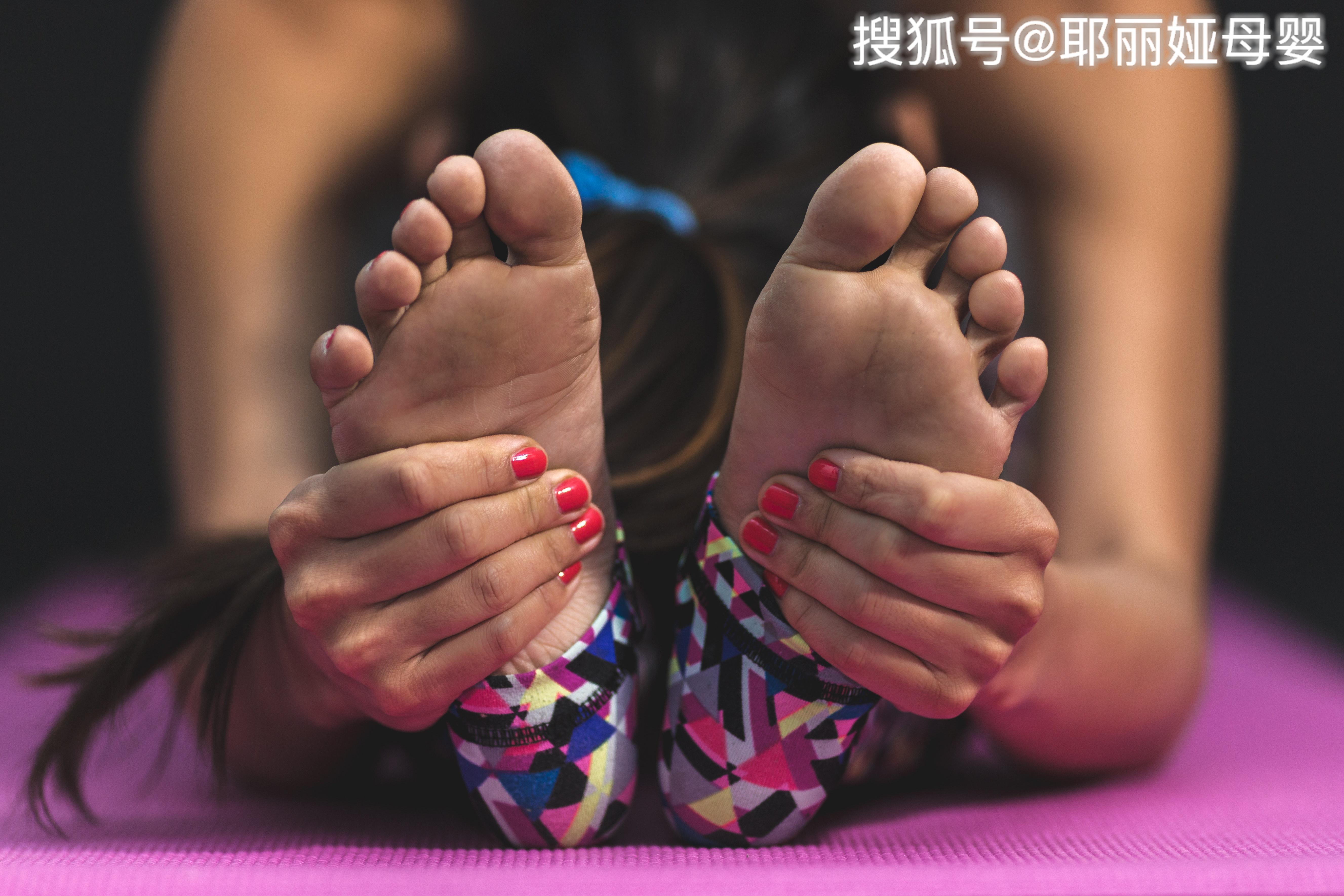 一到夏天脚就肿是什么原因呢