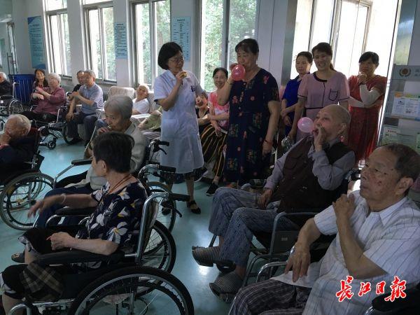 能娱乐又治病!高龄老人在医院集体吹气球