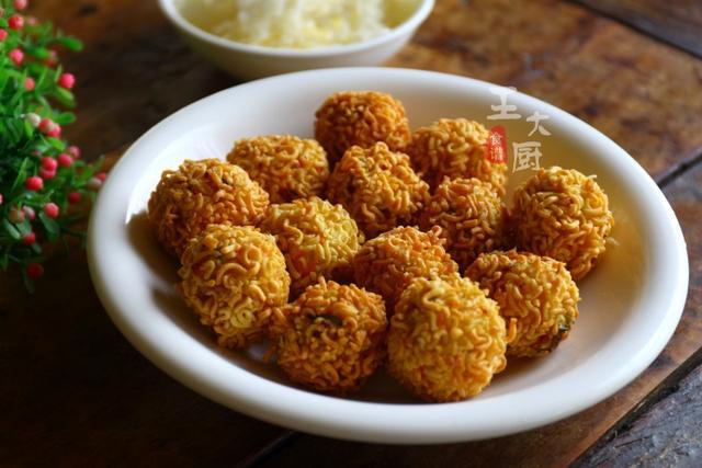 <b>炸鸡肉丸时想让丸子焦香酥脆,加上这种食材,香酥好吃到停不下来</b>