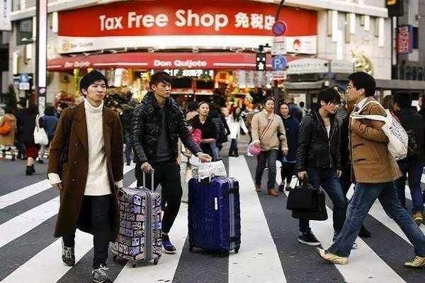 中国游客刚从韩国飞回,一下飞机就排队交起罚款!网友:解气