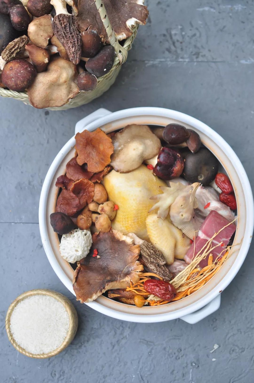 每一碗鲜美的菌汤泡饭,是自然的恩赐,人家烟火