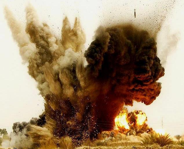 午夜突袭,伊朗大批导弹被炸飞,精锐部队遭到轰炸,美军终于动手