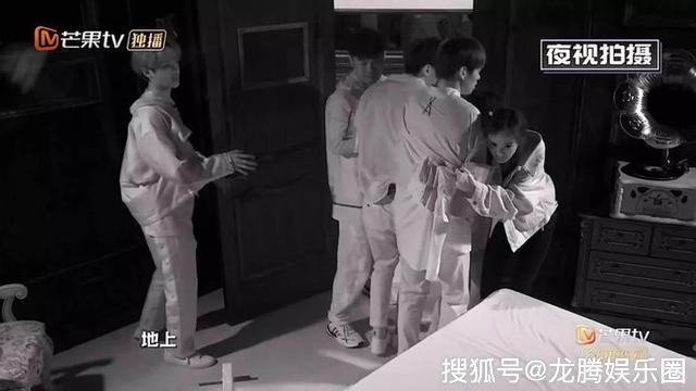 魏大勋承认与杨幂穿情侣鞋逛街 杨幂被发现在节目中多次抱魏大勋