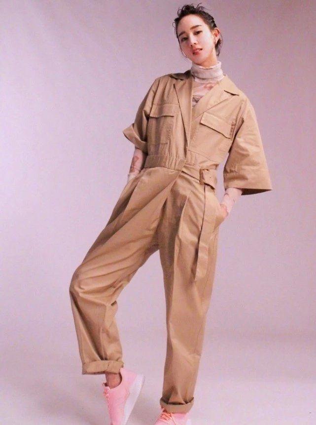 张钧甯穿搭造型,一袭黄色工装裤帅气又优雅,扎丸子头气场强大