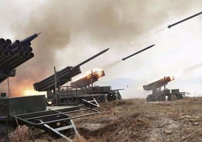 印度豁出去了,上万部队边境开火,印军:谁帮巴方核弹就对准谁