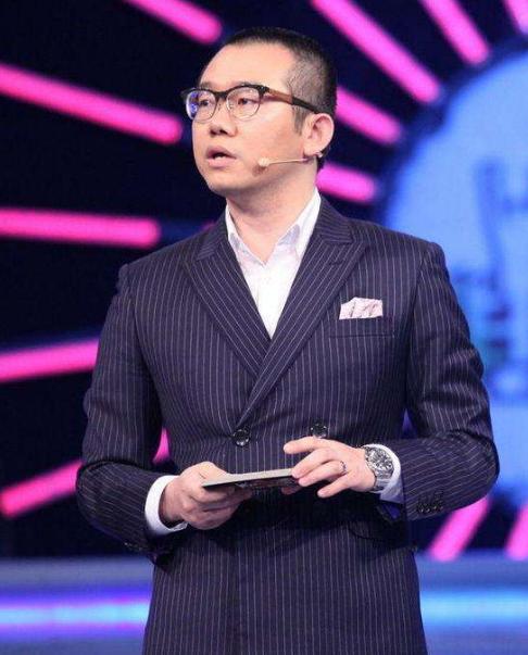 知名主持人涂磊乘坐飞机不良举止被曝,发文承认道歉称有静脉曲张