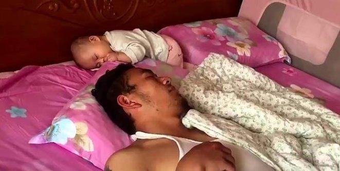 爸爸睡得太沉,醒来发现娃不见了,接下来的画面,妈妈笑出声