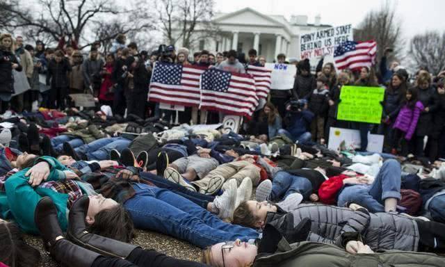 美国风景线悲情上演!4起枪案80人死伤,白宫下令降半旗致哀