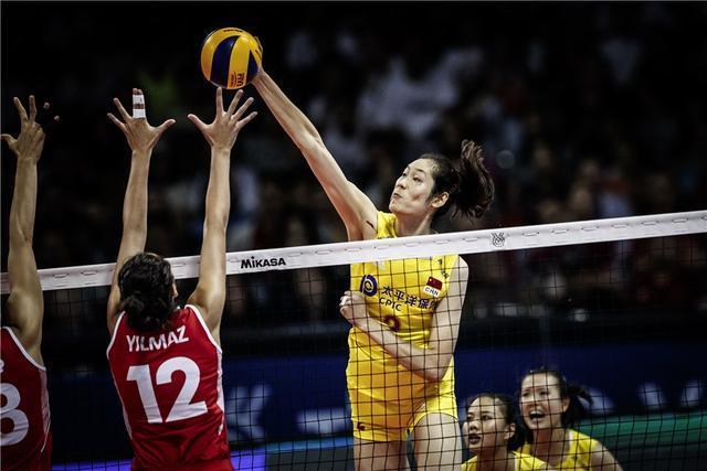 量身定做!日本新球对中国女排有利?王梦洁等人围着一摞排球拍照