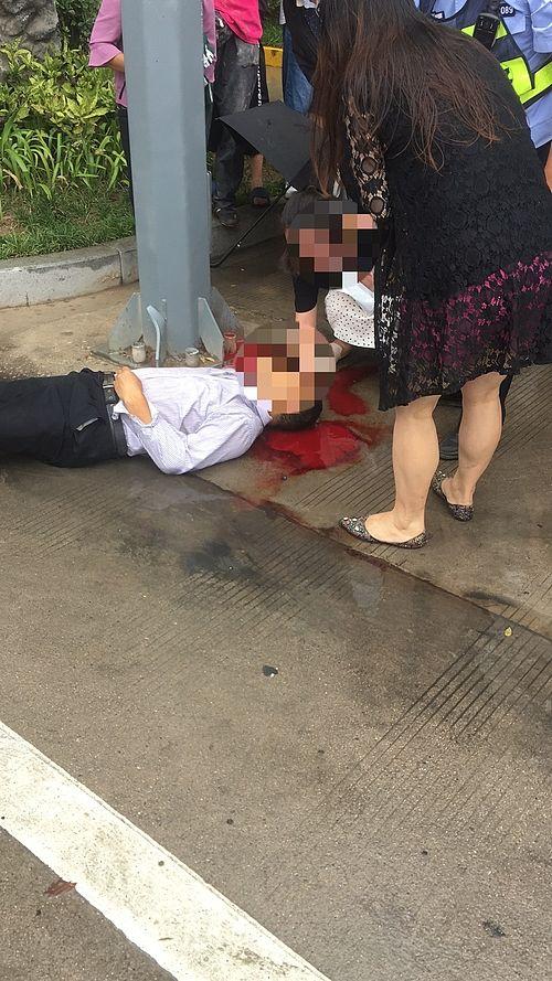 商洛市区私家车与电动车相撞 电动车司机疑头部撞电线杆受重伤