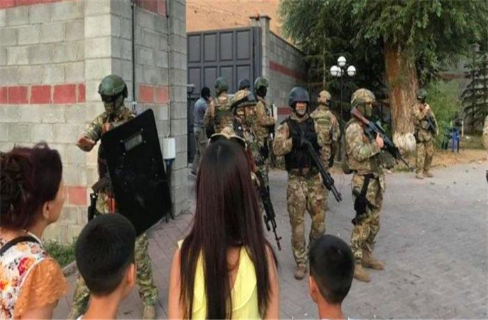 特种兵攻入前总统豪宅,百名保镖暗处反击,总教头当场被俘