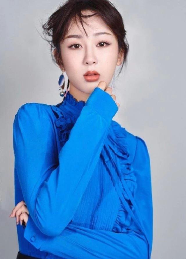明明没有30岁的杨紫,穿上这条裙子却胜过30,少女感不再